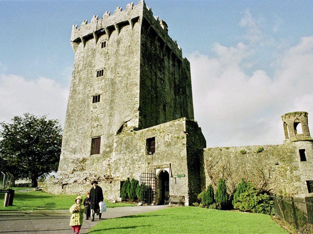 Le château de Blarney est célèbre pour une pierre que les visiteurs embrassent pour se porter chance. - Occuper ses enfants pendant le confinement