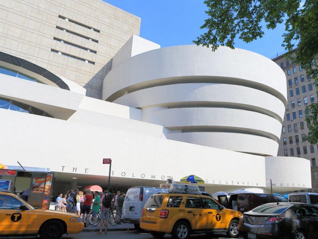 L'extérieur du musée Solomon R. Guggenheim à Manhattan. - Occuper ses enfants pendant le confinement